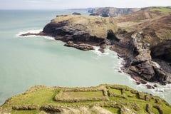 Archeologiczne podstawy przy Tintagel i Tintagel zawalają się, Cornwall, UK Obrazy Royalty Free