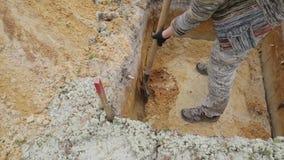 Archeologie: verwijdering van de volgende laag op de bodem van de uitgraving stock footage