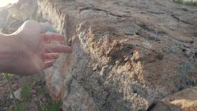 Archeologii poj?cie mężczyzna dotyka ręki dryluje granitu rockowego światło słoneczne Natury styl życia dziki antyczny rockowy ka zbiory wideo