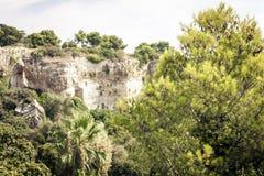 Archeologisch park, rotsen dichtbij Grieks Theater van Syracuse, ruïnes van oud monument, Sicilië, Italië stock foto