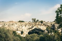 Archeologisch park, rotsen dichtbij Grieks Theater van Syracuse, ruïnes van oud monument, Sicilië, Italië royalty-vrije stock foto