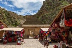 Archeologische plaats op achtergrond met lokale markt in voorgrond royalty-vrije stock foto