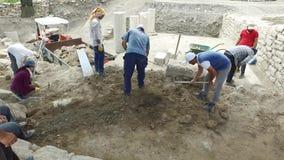 Archeologische uitgraving in zonnige dag stock video