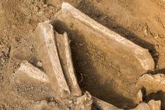 Archeologische uitgravingen en vondstenbeenderen van een skelet in een menselijke begrafenis, een detail van oud onderzoek, voorg stock foto's