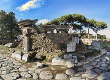 Archeologische uitgravingen van Ostia Antica, de ruïnes van Porta Romana en de keien van Decumanus Maximus royalty-vrije stock foto's