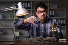 Archeologist pracować nocny w biurze Zdjęcia Stock
