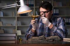 Archeologist pracować nocny w biurze Zdjęcie Royalty Free