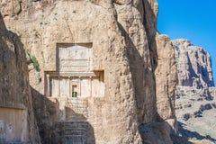 Archeoloog die in oud necropool naqsh-E Rustam in Fars-provincie, Iran werken stock fotografie