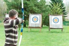 Archer che mira con l'arco Immagine Stock