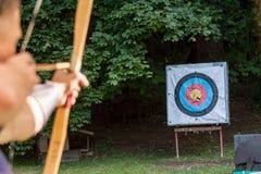 Archer che tende freccia allo scopo di sport Fotografie Stock