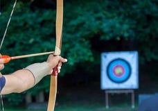 Archer che tende freccia allo scopo di sport Fotografie Stock Libere da Diritti