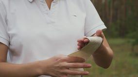Archer cubre su rodillo-vendaje de la mano metrajes