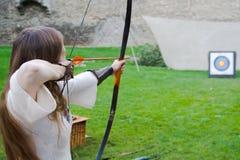 Archer del arqueamiento de la muchacha Imágenes de archivo libres de regalías