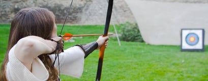 Archer del arqueamiento de la muchacha Fotografía de archivo