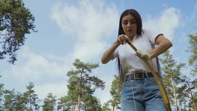 Archer féminin tirant la ficelle sur son arc banque de vidéos