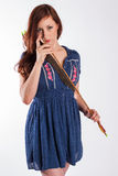 Archer fêmea Examines Arrow Point imagem de stock royalty free