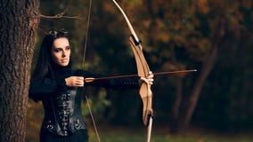 Archer femenino Warrior en traje con el arco y la flecha Imagen de archivo