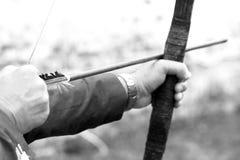 Archer guarda sua curva, foto preto e branco imagem de stock royalty free