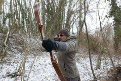 Archer im Winterwald Stockfotos
