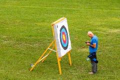 Archer Man framme av ett mål Arkivfoton
