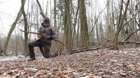 Archer nella foresta di inverno stock footage