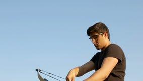 Archer que dibuja su cielo azul del arco compuesto metrajes