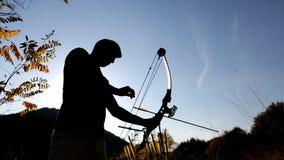 Archer que dibuja su silueta compuesta del arco metrajes