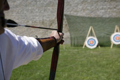 Archer que dispara em uma curva longa Fotos de Stock Royalty Free