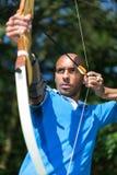 Archer que tiene como objetivo la blanco con el arco y la flecha Fotos de archivo