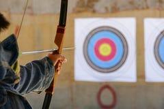 Archer siktar bågskyttet på målet royaltyfria foton