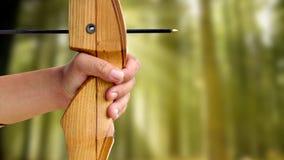 Archer tiene il suo arco che punta su un obiettivo Immagini Stock