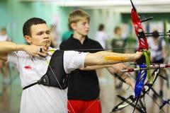 Archers jovenes en el campeonato tradicional del tiro al arco Imagenes de archivo