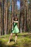 Archery девушки в лесе лета Стоковая Фотография RF