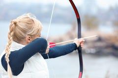 Archery женщины практикуя outdoors стоковые изображения