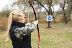 Archery женщины практикуя outdoors стоковое фото rf