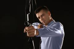 Archery молодого бизнесмена практикуя Стоковые Изображения RF