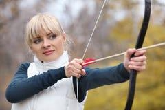 Archery привлекательной женщины практикуя стоковая фотография