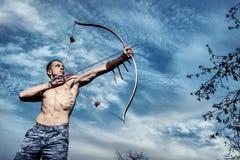 archery Treinamento novo do arqueiro com a curva fotos de stock