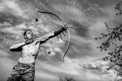 archery Treinamento novo do arqueiro com a curva foto de stock