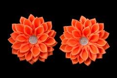 Archi arancio del nastro del raso Fiori dal nastro e dai cristalli di rocca Isolato su un fondo nero Immagine Stock