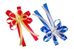 archi D'oro rossi e bianco-blu del giftbox isolati su backgroun bianco immagine stock libera da diritti