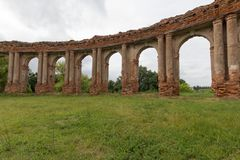 Archi del palazzo Ruined Ruzhanskiy in Bielorussia di estate Immagine Stock
