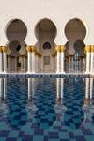 Archi della moschea riflessi Fotografie Stock