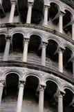 Archi della torretta di inclinzione di Pisa immagini stock