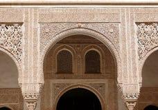 Archi e finestre incisi. Art. islamico Alhambra Fotografie Stock Libere da Diritti