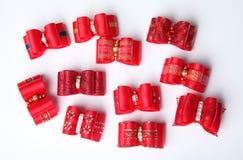 Archi rossi dei peli di cane su fondo bianco Immagine Stock