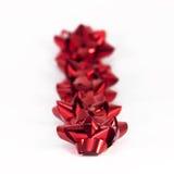 Archi rossi del regalo nella riga Fotografia Stock