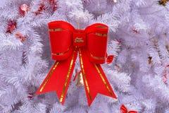 Archi rossi della pelle scamosciata sugli alberi di Natale immagini stock libere da diritti