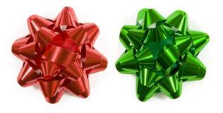 Archi rossi e verdi del regalo fotografia stock libera da diritti