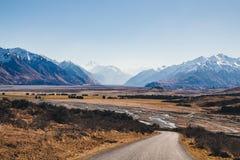 ` Archiac för montering D och de sydliga fjällängarna på det Rangitata flodHakatere beskyddet parkerar, Nya Zeeland Royaltyfri Fotografi